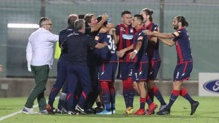 Selebrasi pemain FC Crotone, Alberto Gerbo usai mencetak gol mempromosikan di Liga Italia Serie B. - INDOSPORT
