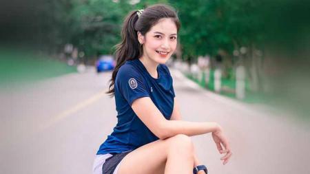 Selebgram asal Thailand, Dollaya Nan, tampil cantik saat berolahraga lari. - INDOSPORT