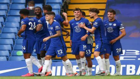 Mason Mount merayakan golnya bersama skuat Chelsea - INDOSPORT