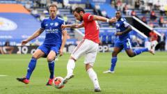 Indosport - Bek Leicester City, Jonny Evans (kiri), dan gelandang Manchester United, Bruno Fernandes, berduel di pertandingan Liga Inggris, Minggu (26/07/20).