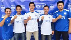 Indosport - Mantan kiper Persib, Edi Kurnia (tengah).