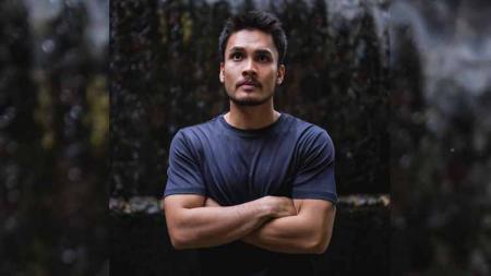 Aktor kondang, Randy Pangalila, tak hanya menggeluti Mixed Martial Arts (MMA), kini dirinya juga menjajal olahraga menembak. - INDOSPORT