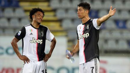 Dua bintang Juventus, Juan Cuadrado dan Cristiano Ronaldo tampak kelelahan melawan Cagliari - INDOSPORT