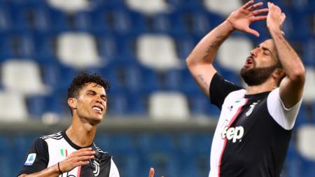 Gonzalo Higuain (kanan) akan dilepas Juventus demi menyelamatkan keuangan klub akibat dampak pandemi virus Corona. - INDOSPORT