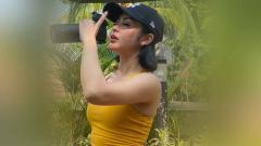 Indosport - Penyanyi dangdut Indonesia, Selvi Kitty, tampak berkeringat seperti habis mandi setelah melakukan olahraga di pagi hari.