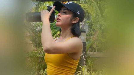 Penyanyi dangdut Indonesia, Selvi Kitty, tampak berkeringat seperti habis mandi setelah melakukan olahraga di pagi hari. - INDOSPORT
