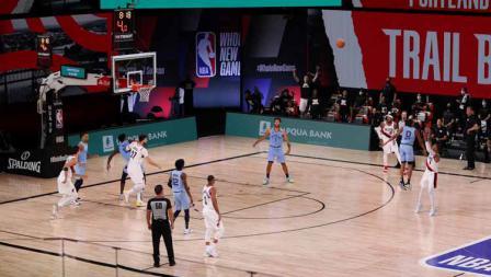 Damian Lillard melakukan tembakan di laga NBA Portland Trail Blazers vs Memphis Grizzlies di The Arena, ESPN Wide World Of Sports Complex, Sabtu (01/08/20). Blazers berujung menang usai unggul 5 poin.