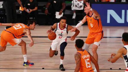 Guard Washington Wizards Jerome Robinson di antara pemain Phoenix Suns dalam laga NBA di ESPN Wide World Of Sports Complex, Sabtu (01/08/20).