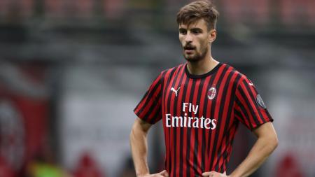 Bek AC Milan, Matteo Gabbia, punya kisah unik di mana kesempatan bermainnya datang dan pergi berkat alasan yang sama, yakni Covid-19. - INDOSPORT
