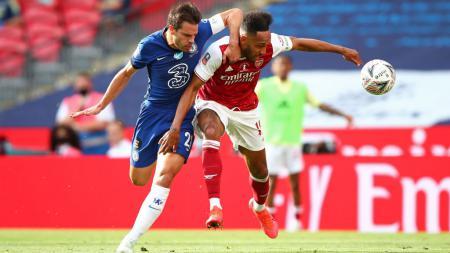Pierre-Emerick Aubameyang berduel dengan Cesar Azpilicueta di final Piala FA: Arsenal vs Chelsea - INDOSPORT