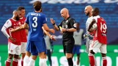 Indosport - Anthony Taylor (tengah) sebagai wasit final Piala FA Arsenal vs Chelsea yang dinilai melakukan tindakan kontroversi.