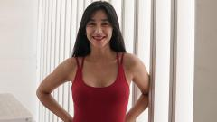 Indosport - Aktris sekaligus presenter kondang Indonesia, Fanny Ghassani, baru-baru ini menunjukkan momen olahraga di halaman rumahnya.