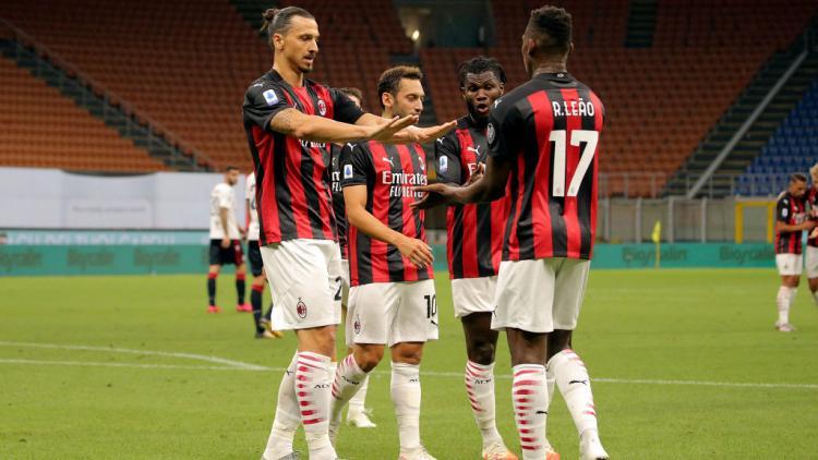 Zlatan Ibrahimovic melakukan selebrasi usai mencetak gol dalam laga AC Milan vs Cagliari Copyright: Giuseppe Cottini/NurPhoto via Getty Images