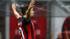 Indosport - Selebrasi Zlatan Ibrahimovic usai mencetak gol di laga AC Milan vs Cagliari