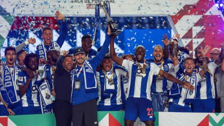 Iker Casillas dan para pemain Porto merayakan gelar juara Piala Portugal usai mengalahkan Benfica 2-1. - INDOSPORT