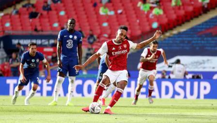 Pierre-Emerick Aubameyang (Arsenal) mencetak gol pertama timnya dari titik penalti dalam laga final Piala FA Arsenal vs Chelsea.