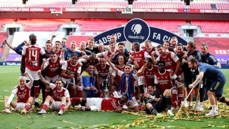 Para skuat Arsenal foto bersama usai memenangkan dalam laga final Piala FA Arsenal vs Chelsea.