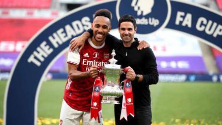Pelatih Arsenal Mikel Arteta (kanan) dan Pierre-Emerick Aubameyang berpose usai kalahkan Chelsea dalam laga final Piala FA.