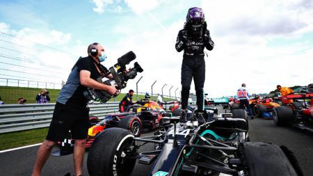 Catatan menakjubkan kembali diraih oleh Lewis Hamilton usai dirinya tercatat mencapai kecepatan 230 km/j meskipun hanya berjalan dengan 3 ban saja. - INDOSPORT