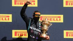 Indosport - Bakal start di posisi kedua dalam balapan GP 70th Anniversary, Lewis Hamilton mengakui jika rekannya, Valterri Bottas memang lebih cepat darinya.
