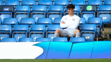 Kepa Arrizabalaga saat duduk di bench pemain - INDOSPORT