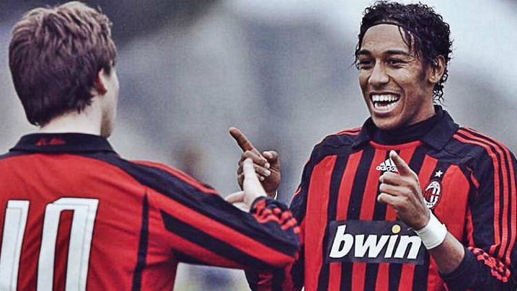 Pierre-Emerick Aubameyang (kanan) saat masih membela AC Milan Copyright: foottheball.com