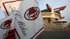 Indosport - Bendera AC Milan di depan Stadion San Siro
