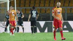 Indosport - Pemain Lecce, Riccardo Saponara, terlihat lesu usai timnya kalah dari Parma dan harus terdegradasi ke Serie B Italia