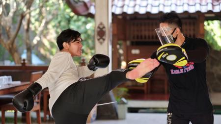 Putra sulung Presiden Joko Widodo, Gibran Rakabuming Raka, menjajal olahraga bela diri Mixed Martial Arts (MMA). - INDOSPORT