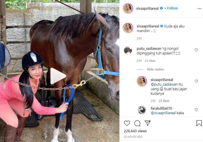Siva Aprilia Asyik Memandikan Kuda Copyright: Instagram Siva Aprilia