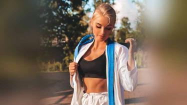 Daria Tulyakova yang memiliki paras seperti boneka Barbie disebut-sebut sebagai salah satu atlet karate tercantik dan terseksi di dunia asal Rusia. - INDOSPORT