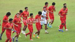 Indosport - Klub Liga 1 Arema FC akhirnya menggelar latihan perdana sebagai pasca menjalani libur panjang akibat pandemi virus corona.