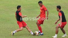 Indosport - Arema FC menggelar latihan perdana dipimpin Charis Yulianto (asisten pelatih) dengan diikuti 20 pemain, 2 diantaranya tambahan dr tim junior di Stadion Kanjuruhan Malang.