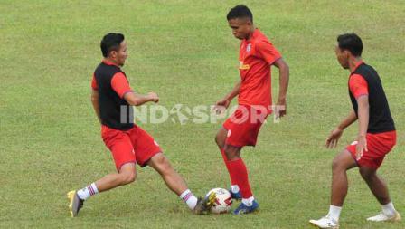 Arema FC menggelar latihan perdana dipimpin Charis Yulianto (asisten pelatih) dengan diikuti 20 pemain.
