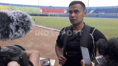 Asisten Pelatih Arema FC, Charis Yulianto memimpin latihan perdana Arema FC jelang lanjutan Liga 1 2020.
