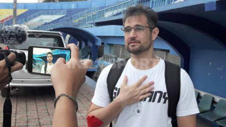 Pelatih Kiper Arema FC, Felipe Americo ikut menemani Charis Yulianto dalam menggelar sesi latihan perdana pasca pandemi virus corona.