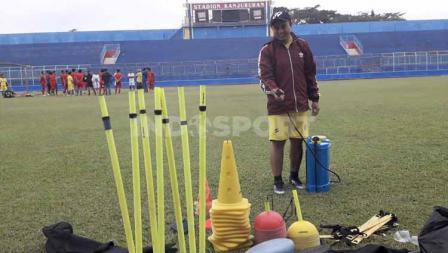 Tim medis Arema FC menyemprot disinfektan di sejumlah titik lapangan Stadion Kanjuruhan pasca sesi latihan selesai.