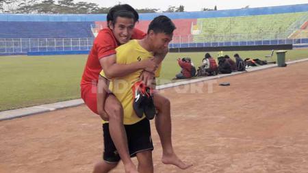 Pemain Arema FC, Hanif Sjahbandi dibopong usai cedera saat latihan perdana di Stadion Kanjuruhan, Senin (03/08/20). - INDOSPORT
