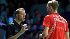 Indosport - Pelatih bulutangkis Denmark, Kenneth Jonassen bersama Viktor Axelsen.