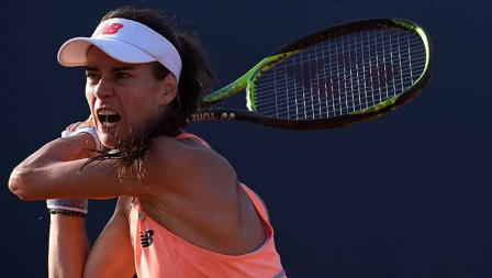 Sorana Cirstea (Rumania) beraksi dalam laga tenis melawan Sara Errani (Italia) di Palermo Terbuka.