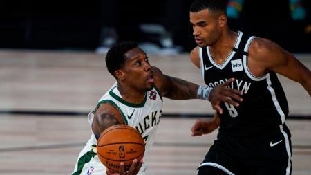 Eric Bledsoe (Milwaukee Bucks) berjibaku dengan Timothe Luwawu-Cabarrot (Brooklyn Nets) di laga NBA yang berlangsung di Florida, Rabu (05/08/20). - INDOSPORT