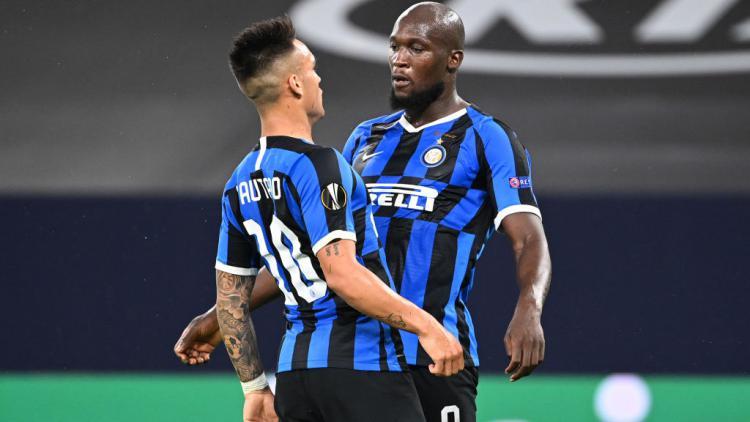 Selebrasi Romelu Lukaku dan Lautaro Martinez usai mencetak gol di laga Liga Europa Inter Milan vs Getafe Copyright: Ian Fassbender/Pool via Getty Images