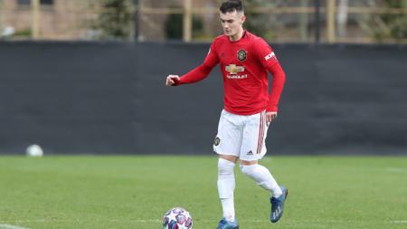 Manchester United diyakini telah menemukan suksesor Nemanja Matic di dalam diri wonderkid asal Wales yang baru melakoni debut Internasional, Dylan Levitt. - INDOSPORT