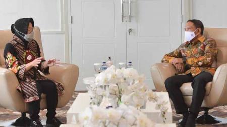Walikota Surabaya, Tri Rismaharini bertemu Menteri Pemuda dan Olahraga (Menpora), Zainudin Amali untuk membahas dan melaporkan persiapan Piala Dunia U-20 2021. - INDOSPORT