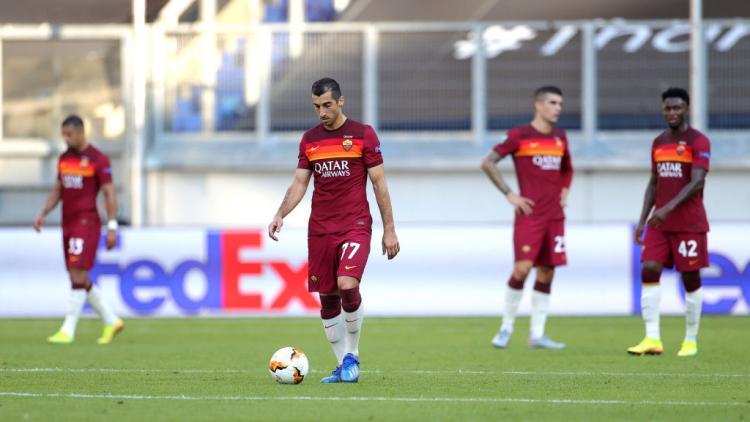 Henrikh Mkhitaryan tertunduk lesu usai AS Roma dikalahkan Sevilla di Liga Europa Copyright: Friedemann Vogel/Pool via Getty Images