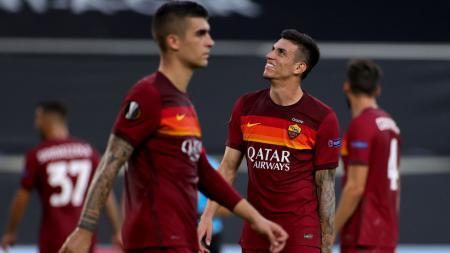 Ekspresi Roger Ibanez (kanan) usai AS Roma dikalahkan Sevilla di Liga Europa - INDOSPORT