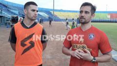Indosport - Felipe Americo saat menjadi penerjemah Elias Alderete di Arema FC.