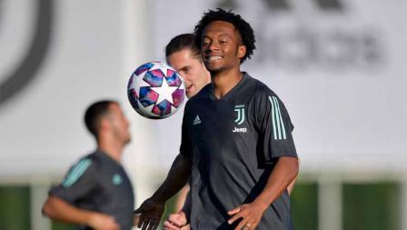 Pemain Juventus Juan Cuadrado saat sesi latihan Liga Champions jelang laga antara Juventus vs Lyon.