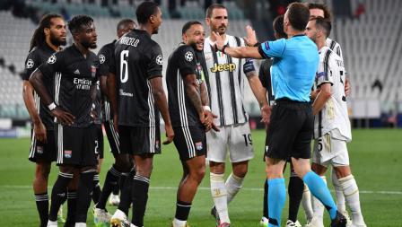 Memphis Depay melakukan protes usai dianggap melakukan handball oleh wasit di laga Liga Champions Juventus vs Lyon.