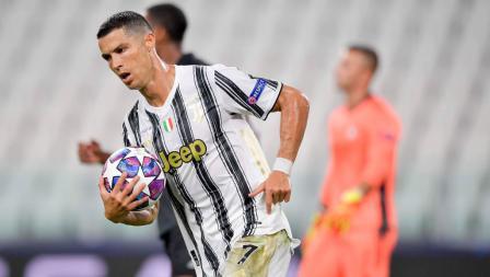 Striker Juventus, Cristiano Ronaldo usai mencetak gol ke gawang Lyon di Liga Champions